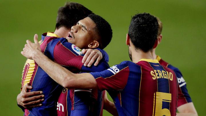 Les Barcelonais félicitent Lionel Messi.