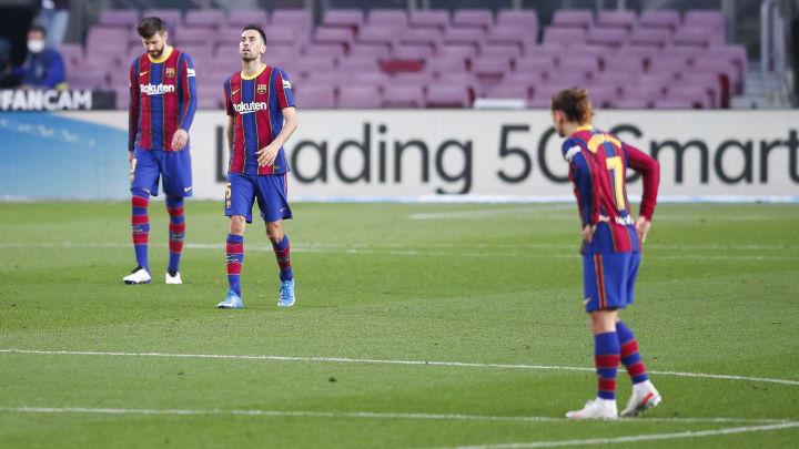 Bedröppelt stehen sie da, die Barça-Stars um Busquets, Piqué und Griezmann