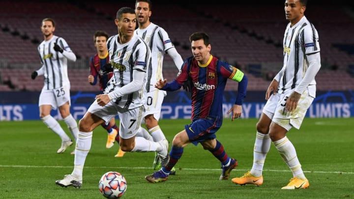 Ronaldo läuft Messi den Ball ab