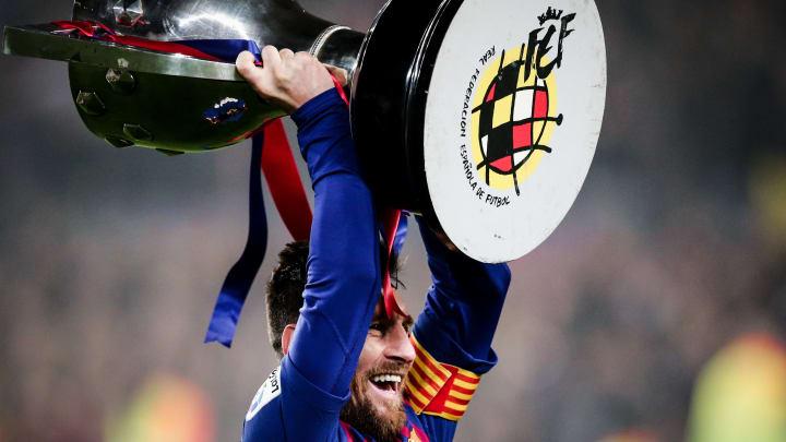 Lionel Messi, el jugador más ganador de la Copa del Rey, alzándola