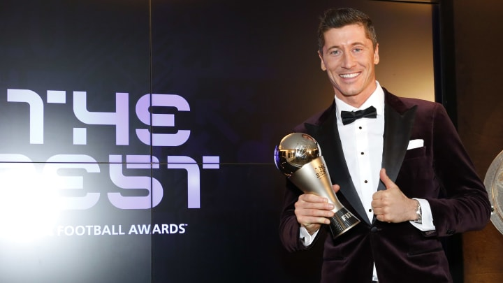 Lewandowski präsentiert seinen Weltfußballertitel stolz wie Oskar - zurecht!
