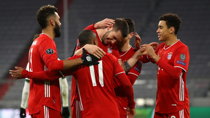 Teamkollegen gratulieren Süle zum Treffer