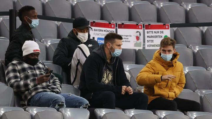 Niklas Süle (m.) saß gegen Werder Bremen nur auf der Tribüne