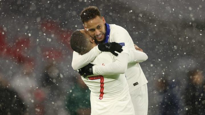 L'abbraccio tra Mbappe e Neymar