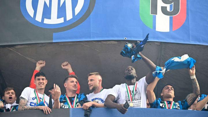 El Inter celebrando con sus aficionados la Serie A