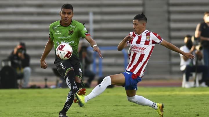 Jugadores de Chivas del Guadalajara y de FC Juárez pelean un balón.