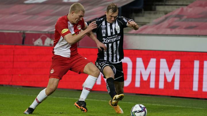 Rasmus Kristensen (l.) versucht Thomas Goiginger zu stoppen