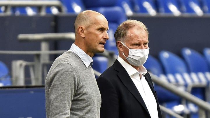 FCA-Manager Stefan Reuter stärkt Chef-Coach Heiko Herrlich den Rücken (v.r.)