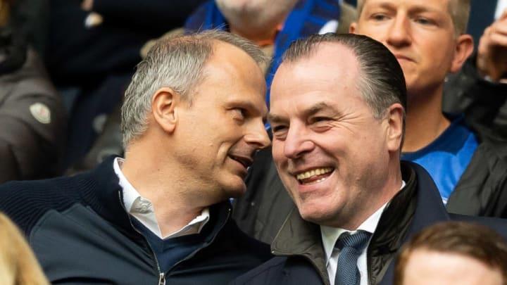 Jochen Schneider könnte von Tönnies' Unterstützung auf dem Transfermarkt profitieren (v.l.)