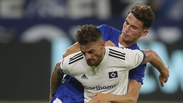 Tim Leibold, hier im Duell mit Schalkes Krasniqi, empfängt mit seinem HSV am Sonntag Dynamo Dresden