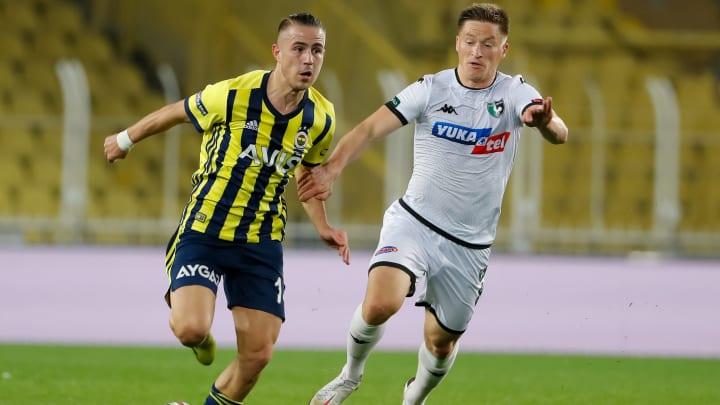 Dimitris Pelkas, Radoslaw Murawski'yi geçiyor.