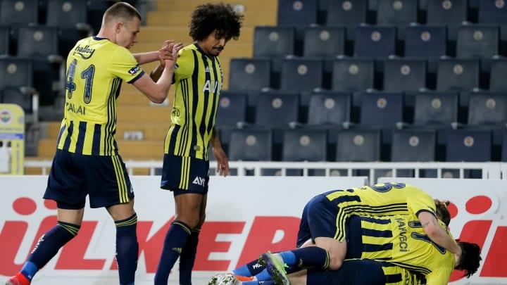 Attila Szalai gol sevincini Luiz Gustavo ile paylaşıyor.