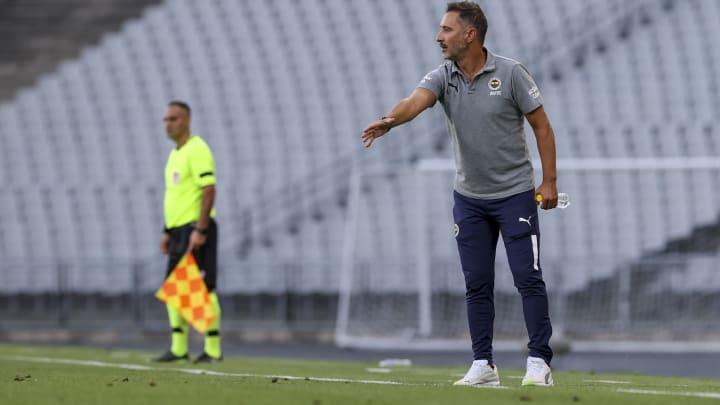 Vitor Pereira oyuncularını uyarıyor.