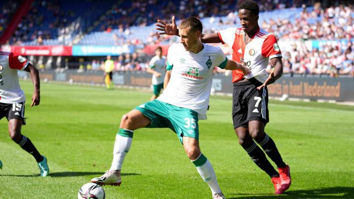 Maximilian Eggestein im Test gegen Feyenoord gegen Luis Sinisterra.