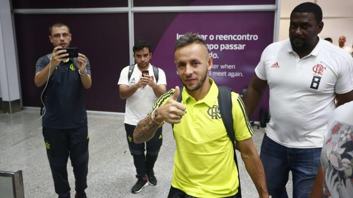 """Negociações entre Rafinha e Flamengo estão emperradas; muros da Gávea foram pichados. """"A Nação quer Rafinha""""."""