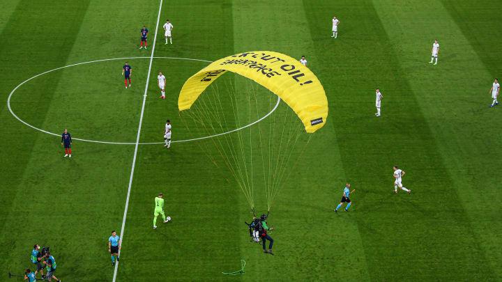 Paracaidista interrumpe en el France v Germany - UEFA Euro 2020: Group F