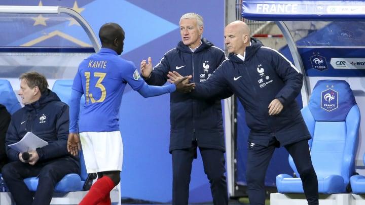 Didier Deschamps, Guy Stephan et N'Golo Kanté lors d'un match de qualification à la Coupe du monde.