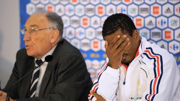 """Evra lors de la conférence de presse de la """"Taupe"""" après Knysna France's captain Patrice Evra (R) reacts"""