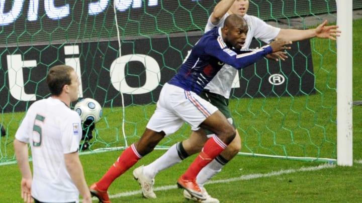 French defender William Gallas (C) score