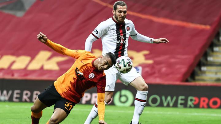 Koray Altınay, Mostafa Mohamed'i savunuyor.