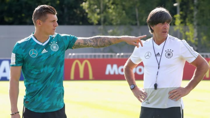 Toni Kroos und Joachim Löw beim Training der Nationalelf