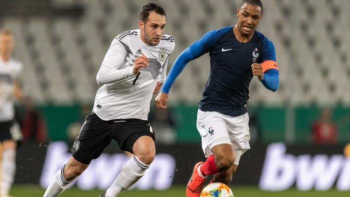 Öztunali, hier im Trikot der U21-Auswahl, im Duell mit dem einstigen Mainzer Kollegen Abdou Diallo