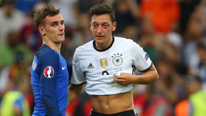 Antoine Griezmann et Mesut Özil lors de l'Euro 2016.