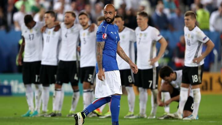 Beschämt trottet Zaza zu seiner Mannschaft zurück