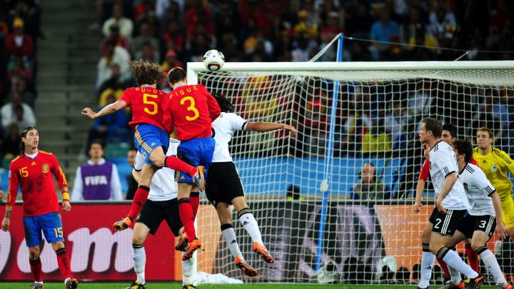 Carles Puyol stößt mit diesem Kopfballtreffer das Tor zum Finale der WM 2010 auf