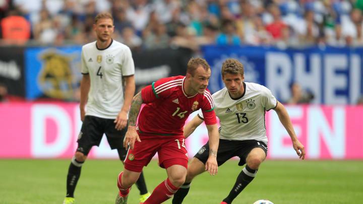 Szene aus dem letzten (freundschaftlichen) Vergleich im Juni 2016. Deutschland (mit Müller, im Duell mit Lovrencsics. und Höwedes) gewann 2:0