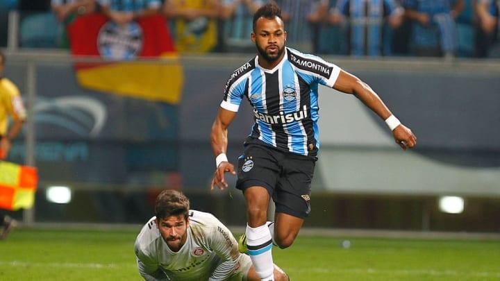 Internacional goalkeeper Alisson in action against Grêmio