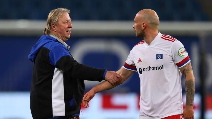Der Lange und sein Abwehrchef: Horst Hrubesch bedankt sich nach dem Spiel bei Toni Leistner
