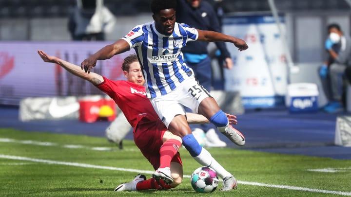 Kölns Florian Kainz (l.) gegen Herthas Jordan Torunarigha.