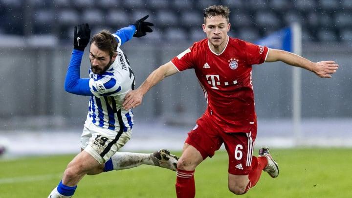 Lucas Tousart gegen Joshua Kimmich (r.).