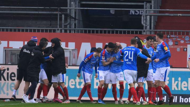Holstein Kiel feiert einen Last-Minute-Sieg gegen Regensburg