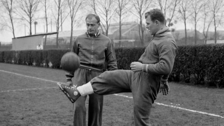 Hungarian-born forward Laszlo Kubala (R) juggles w