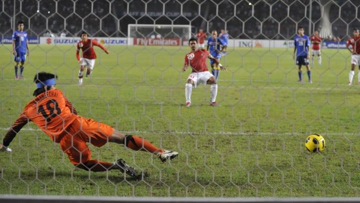 Indonesia's striker Bambang Pamungkas (C