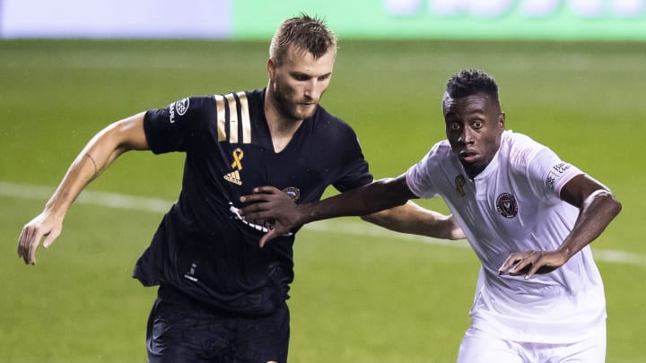 El polaco Kacper Przybylko de Philadelphia Union busca robar el esférico al francés Blaise Matuidi del Inter Miami.