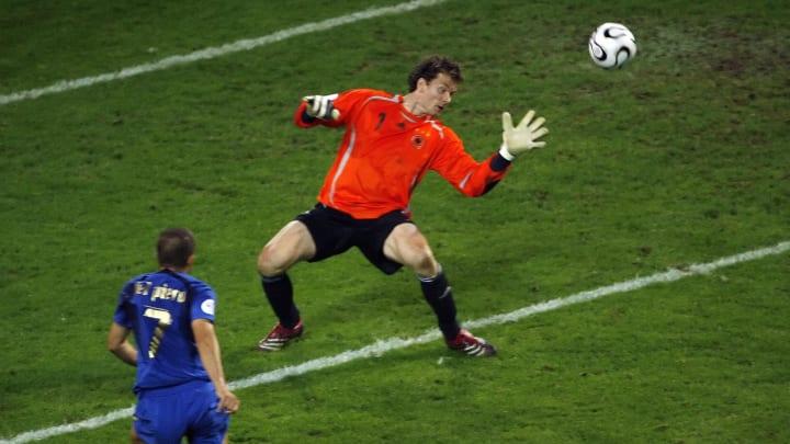 Italian forward Alessandro Del Piero (L)