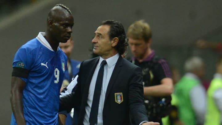 Italian forward Mario Balotelli (C) is c