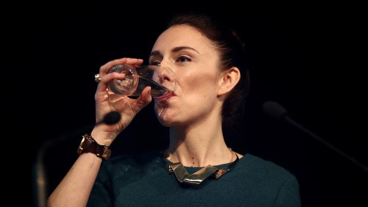 Beber agua ayuda a combatir la acidez estomacal