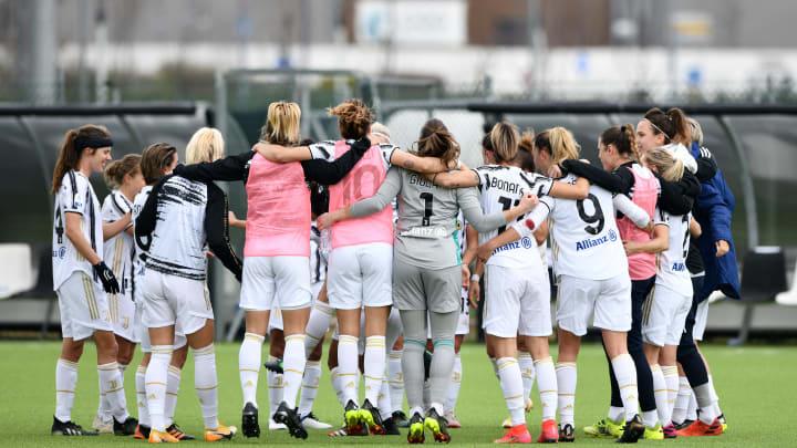 L'abbraccio di gruppo della Juventus Women