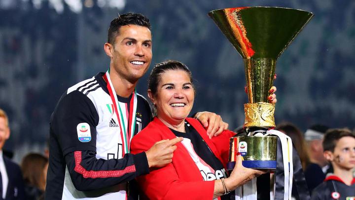 Cristiano Ronaldo et sa mère célébrant le dernier titre de la Juventus.