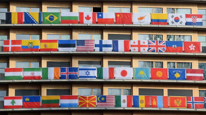 Ülke bayraklarının asılı olduğu bir bina
