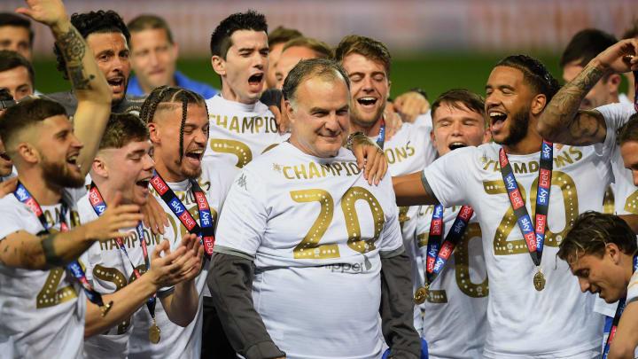 La emoción de Marcelo Bielsa al levantar el trofeo de campeón con Leeds  United