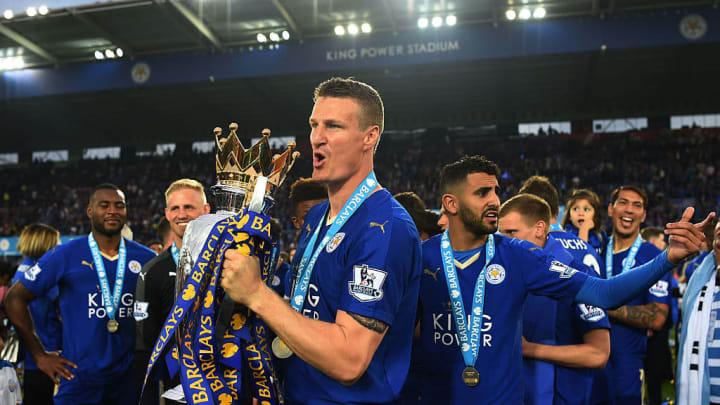 Robert Huth merasakan trofi Liga Inggris bersama Chelsea dan Leicester City