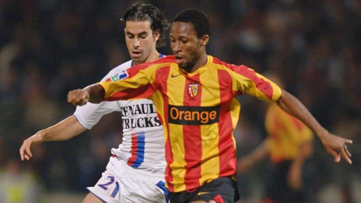 Lens' Malian midfielder Seydou Keita (R)