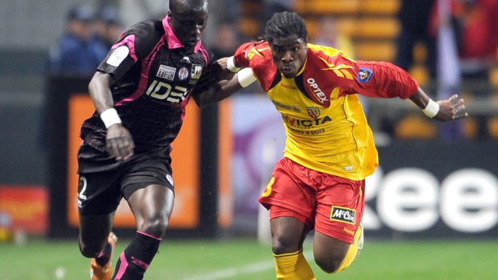Lens's French defender Serge Aurier vies