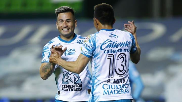 El chileno Jean Meneses y el ecuatoriano Ángel Mena celebran tras anotarle al Atlético San Luis.