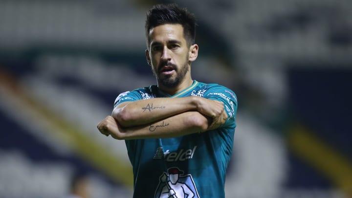 El lateral de León, Fernando Navarro, sería uno de los jugadores que desearía Ignacio Ambriz para reforzar al Huesca de España.